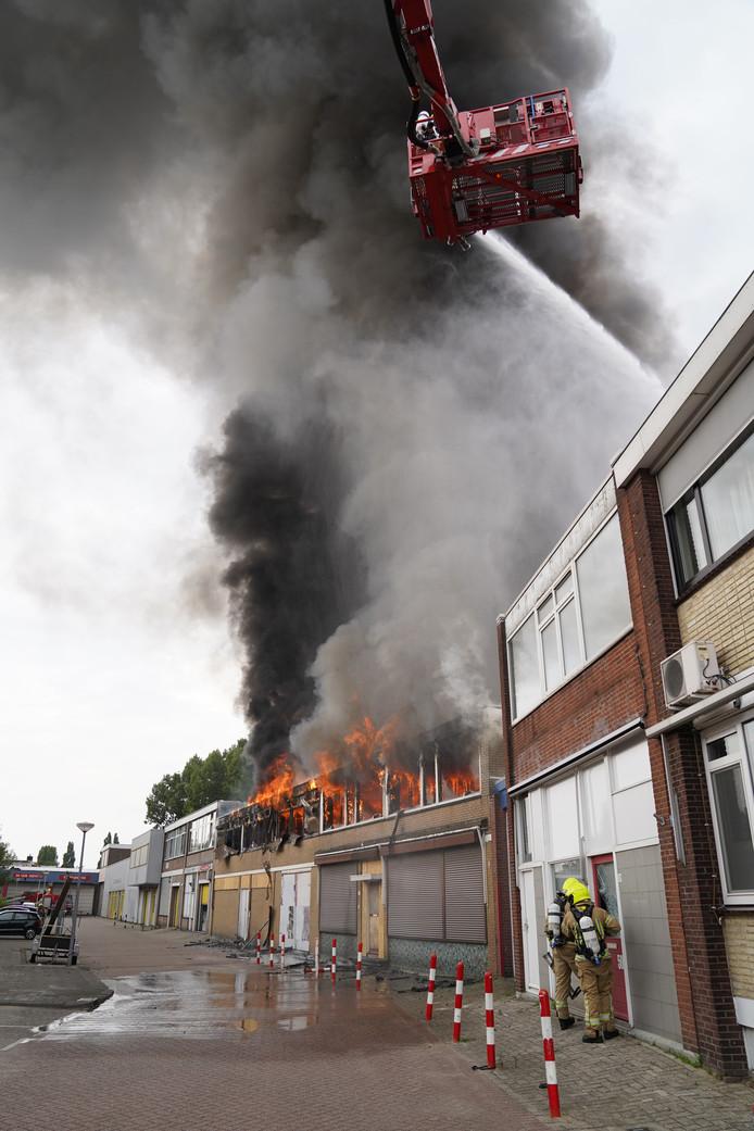 De vlammen slaan uit een leegstaand pand in de Abraham van Beyerenstraat.