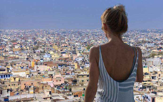Een Belgische toeriste (niet de vrouw op de foto) was na één dag in New Delhi zó geschokt dat ze het eerste vliegtuig terug naar huis nam.