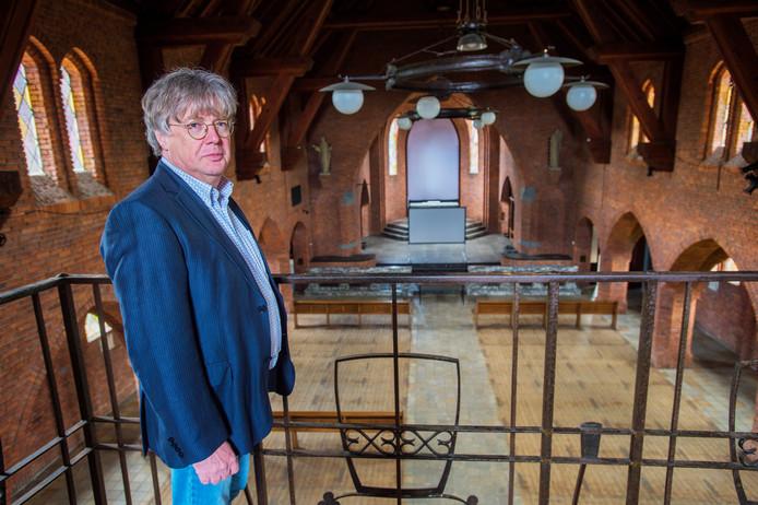 Architect Steef Luijten in de kerk van Esbeek, inmiddels verbouwd tot school.