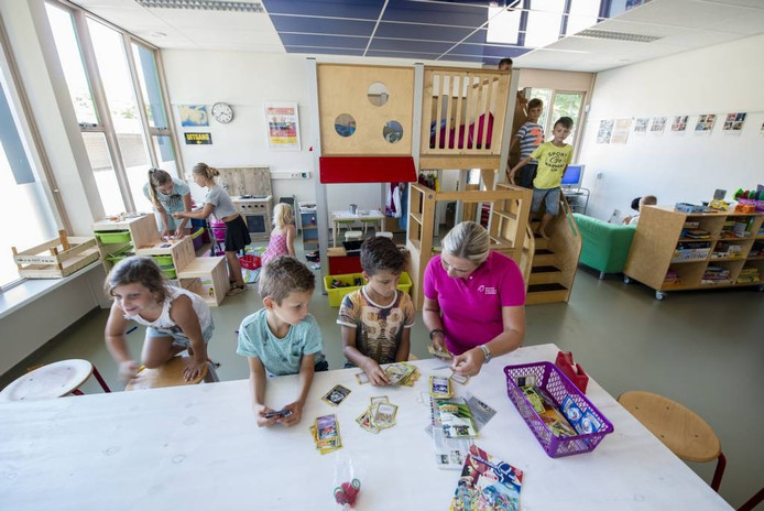 De medewerkers en kinderen van de buitenschoolse opvang Ratjetoe in Putte zijn blij met de nieuwe ruimte. De opvang zit nu onder een dak met basisschool Op Dreef. FOTO TONNY PRESSER/pix4profs