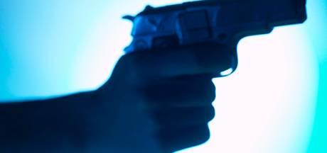 Gezochte man bleek er niet te zijn, maar wel vuurwapen in woning Breda