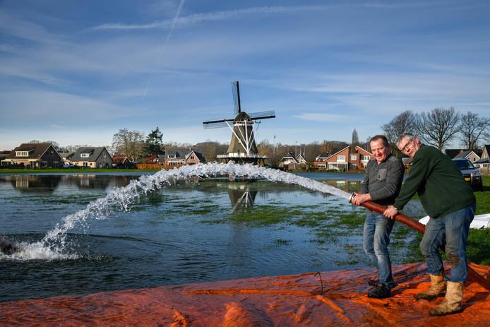 Vorig jaar probeerden ze het nog wel in Hulshorst, maar vroor het niet hard genoeg. Links André Hop en rechts Herman Vis.