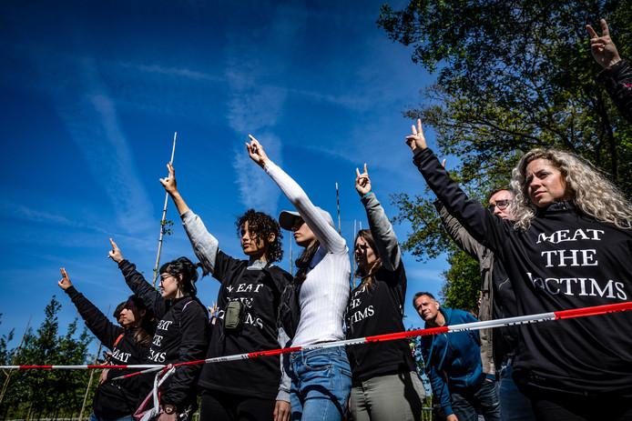 Dierenactivisten bezetten onlangs een boerderij in Boxtel om, te demonstreren voor een beter welzijn van dieren in de veehouderij. De actie kwam ze op veel kritiek te staan.