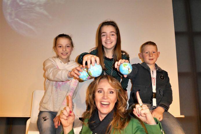 Helga van Leur maakt Gestelse kinderen enthousiast over een wereld vol duurzaamheid.
