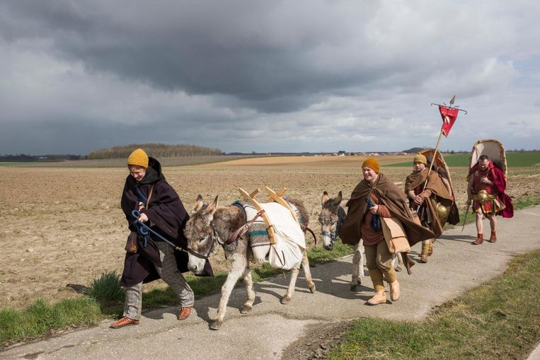 Langs de velden in Gingelom trekken de Romeinen rustig verder.