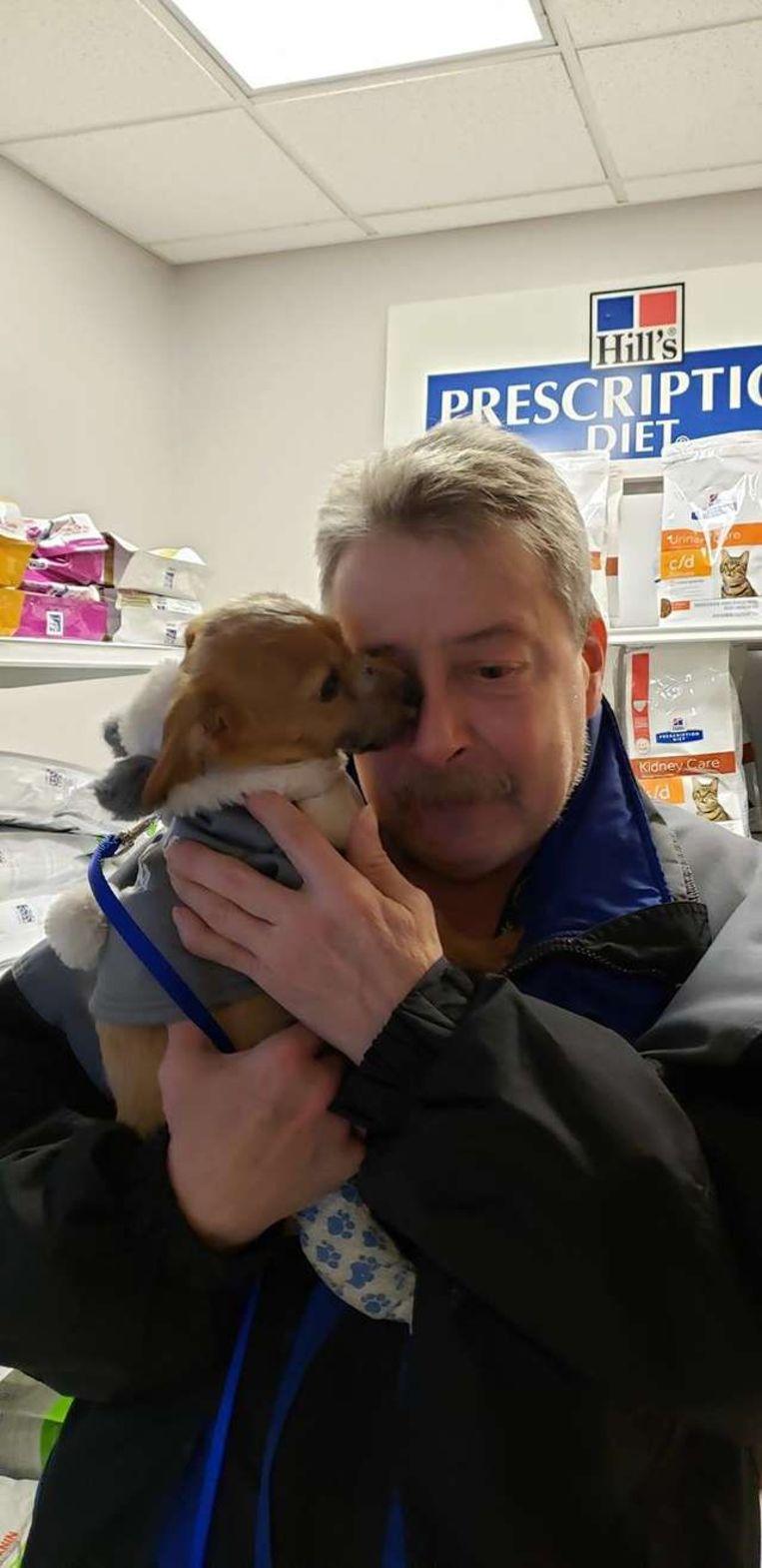 Louie geeft 'kusjes' aan zijn redder.