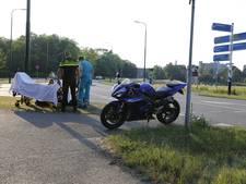 Motorrijder onderuit bij botsing met auto in Grave