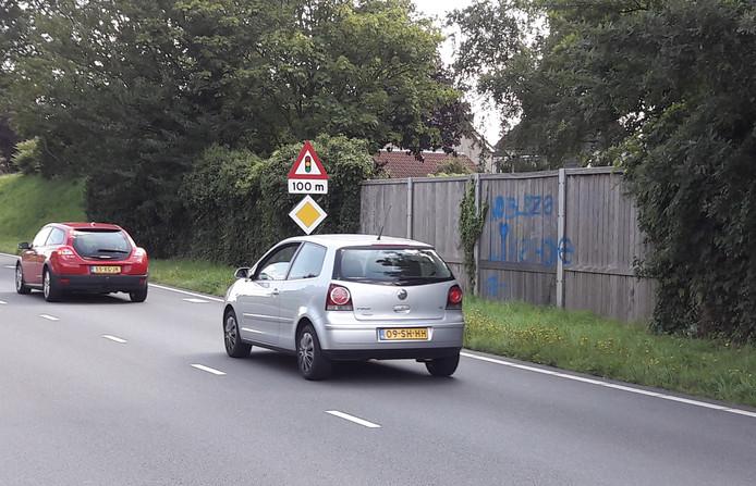 De houten schermen langs de Randweg maken plaats voor plastic exemplaren.
