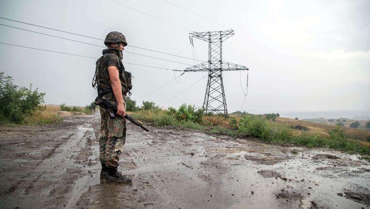 Een Oekraïense soldaat in de buurt van Zolote, 60 km ten weste van Lugansk.