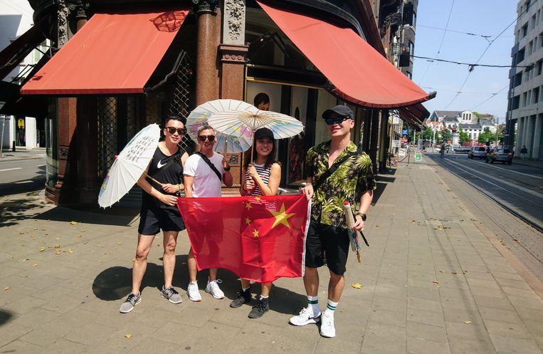 Acetan uit Singapore met haar vrienden in de Nationalestraat.
