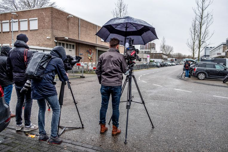 Journalisten staan te wachten voor de rechtbank in Amsterdam Osdorp tot de auto met de verdachte naar binnen wordt gereden. Beeld null