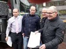 Werknemers van Siemens uit Hengelo met petitie aangekomen in Den Haag