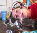Levi, leerling van basisschool de Ark in Zwolle, drinkt uit de kraan. Zijn school stimuleert kinderen water te drinken.