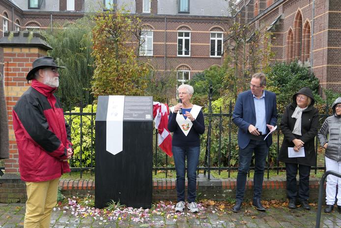 Mieke Dik, één van de twee voorgangers in de zondagse viering, onthulde de zuil bij de Kruisherenkapel met meer info over Maria ter Linde.