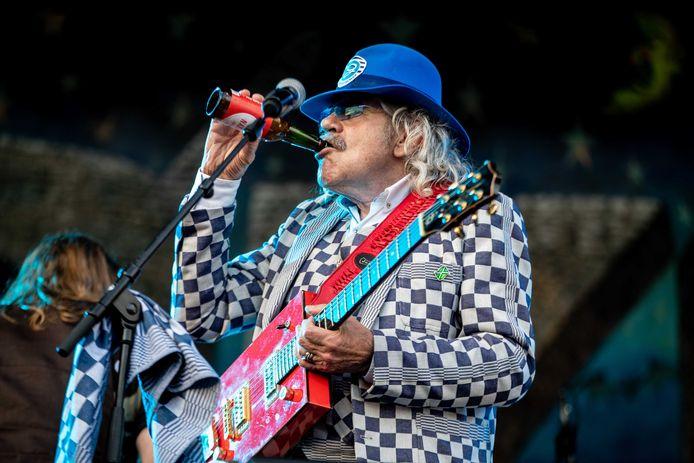 Bennie Jolink op het podium tijdens een openluchtevenement