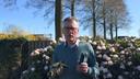 Burgemeester Hans Janssen laat zich door zijn dochter in de tuin filmen voor MTV in Moergestel