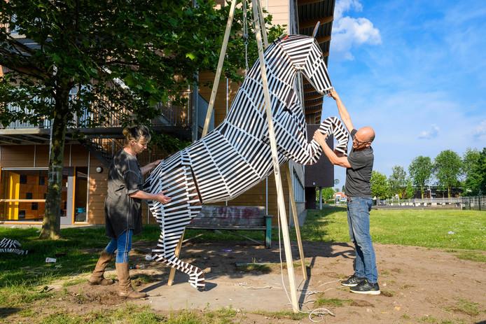 Kunstenaars Meg Mercx en Rob Verwer die samen met de leerlingen een kunstwerk hebben gemaakt.