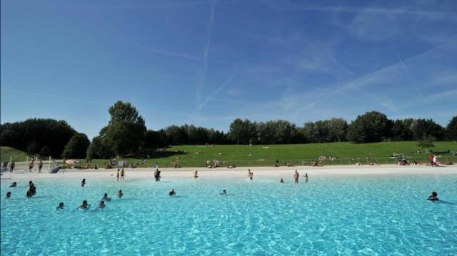 Het zwembad in Davreil nabij Parijs
