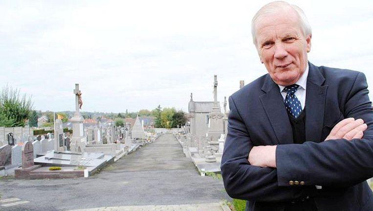 Burgemeester Gadenne stelde zich verantwoordelijk voor de begraafplaats, die recht tegenover zijn woning gelegen is.