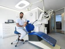 Mondhygiënist behandelt armlastige patiënt gratis