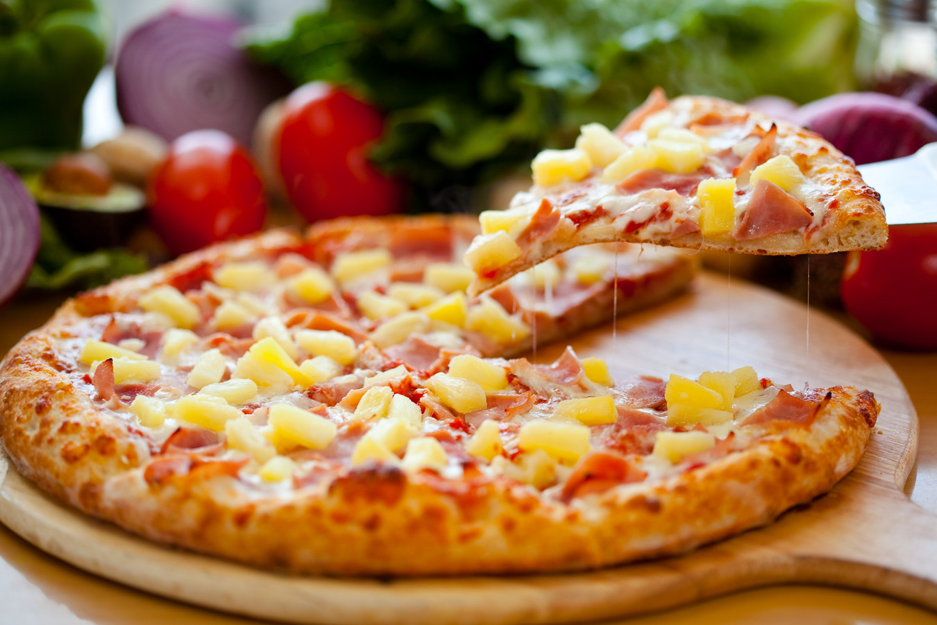 Pizza met ananas.