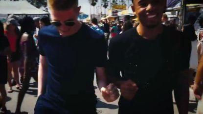 VIDEO: De Bruyne gaat maar wat graag op de foto met passanten op Venice Beach, maar er is ook wel iets dat de meesten van hen níet in de smiezen hebben...