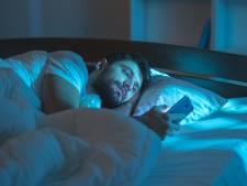 De nachtmodus van je telefoon maakt het licht minder blauw, maar dat blauwe licht is juist goed voor de slaap