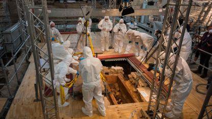 Archeologen halen na jaren onderzoek deksel van 1.000 jaar oude sarcofaag in Duitse kerk