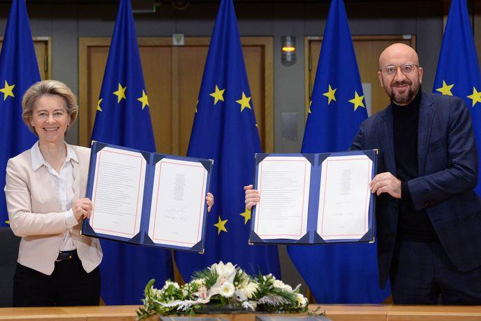 Voorzitter Ursula von der Leyen van de Europese Commissie en EU-president Charles Michel tekenden het akkoord tijdens een korte ceremonie.