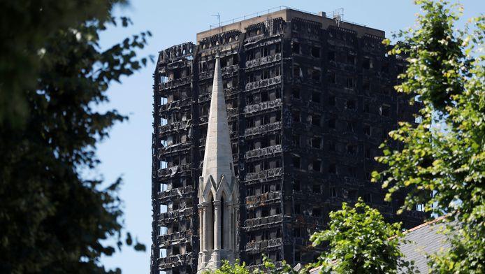 De volledig uitgebrande Grenfell Tower in Londen.