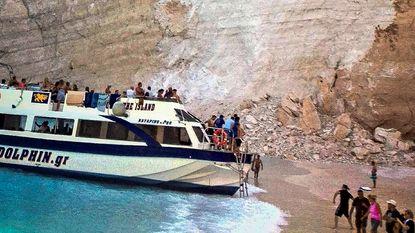 VIDEO. Toeristen gewond door plotse rotslawine op beroemd Grieks strand