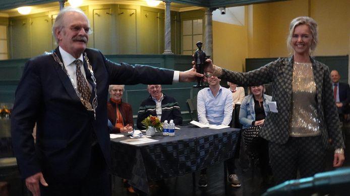 Annemarie Haverkamo kijgt Anton wachterprijs overhandigd uit handen van burgemeester Roel Sluiter van Harlingen.