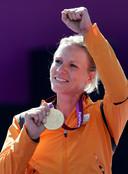 Esther Vergeer met haar gouden olympische medaille bij de Paralympische Spelen in 2012