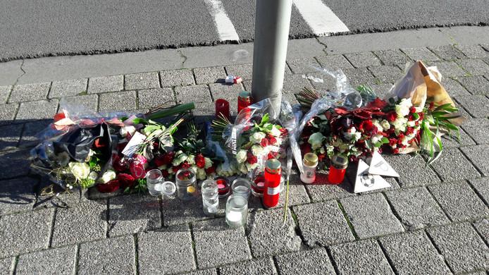 De bloemen ter herinnering aan het overlijden van de doodgestoken Paul Pluijmert op het trottoir van de Verlengde Prinsenkade in Breda blijven daar voorlopig liggen. De gemeente Breda laat ze pas opruimen als ze verwelkt zijn.
