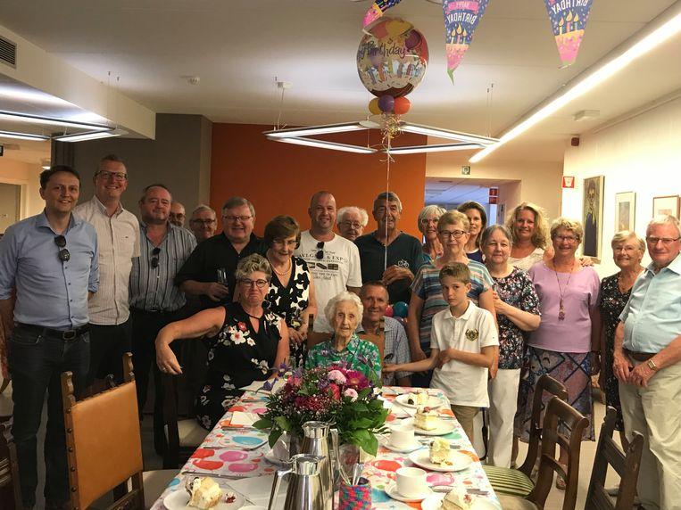 Feestje voor de 105-jarige met haar familie in Serskamp