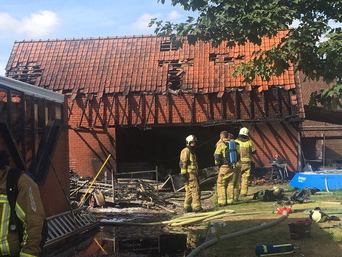 Een aanhangwagen en de overkapping van de opslagplaats zijn volledig vernield.