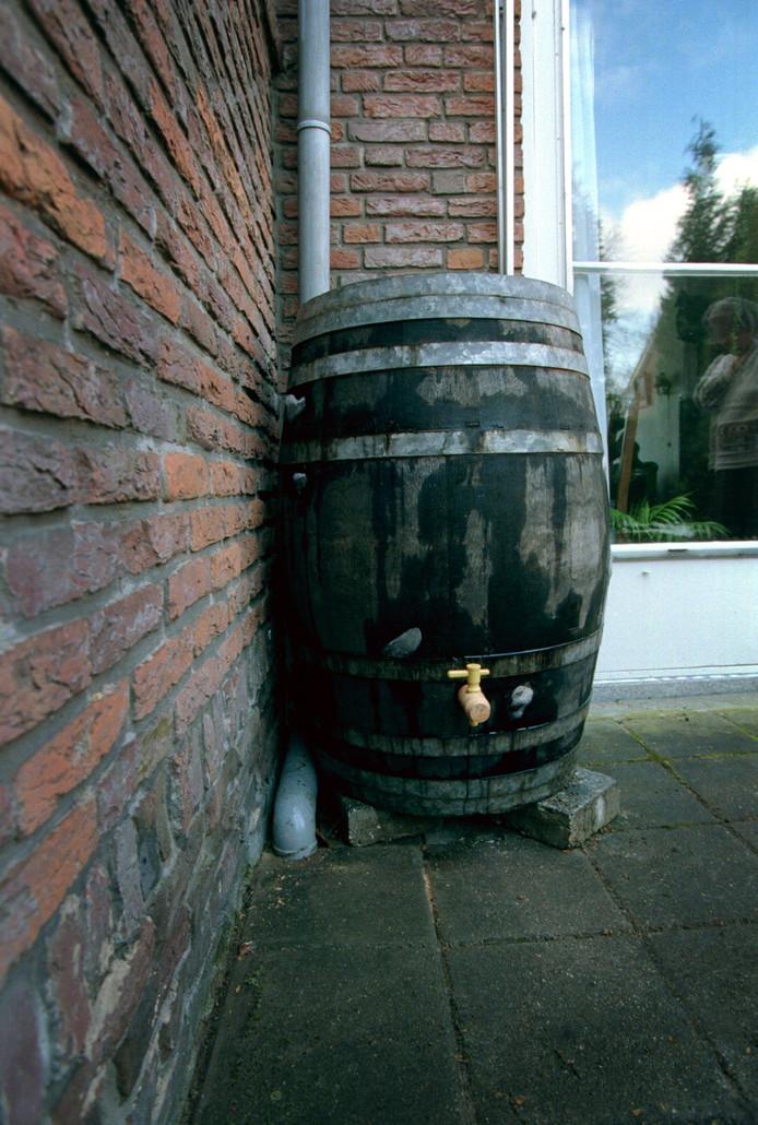 Een regenton is voor de meeste woningen een geschikte oplossing om te voorkomen dat regenwater nog in het riool terecht komt.