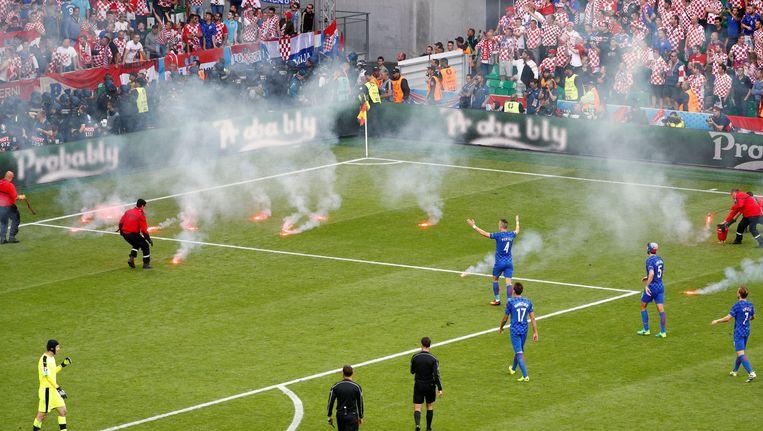 Vuurwerk op het veld bij Tsjechie - Kroatië. Beeld photo_news