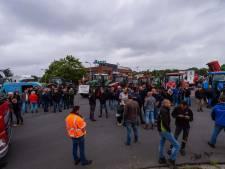 Boeren blokkeren distributiecentrum Albert Heijn in Zwolle: 'Minister, u heeft stront in uw oren'