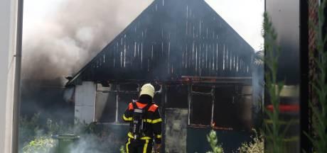 Grote brand in garage van woning in Breda, een man met brandwonden naar het ziekenhuis