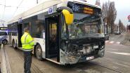 Auto snijdt lijnbus de pas af: vier lichtgewonden