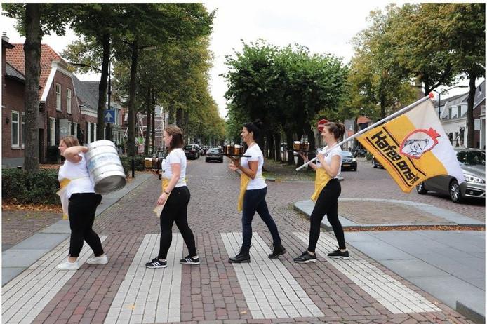 Kafee Ons Kee maakt een Oisterwijkse versie van de cover van Abbey Road, het 50 jaar oude album van the Beatles