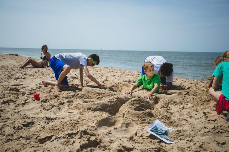 """Ravotten en spelletjes op het strand. Dat kan alleen maar gezond zijn, denk je dan, maar voor sommige patiënten voelt dat aan als een zware inspanning. Jonas (uiterst links op de foto): """"Ik heb al zes jaar pijn. Als ze mij hier niet helpen, dan... Dit is niet vol te houden."""""""
