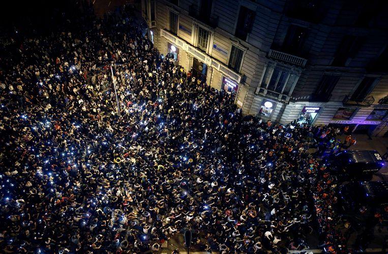 Demonstranten verzamelen zich op 19 oktober 2019 op het Urquinaona-plein in Barcelona. Beeld EPA