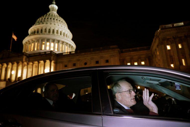 De Republikeinse senator Lamar Alexander verlaat het Capitool, waar het afzettingsproces plaatsvindt. Beeld REUTERS