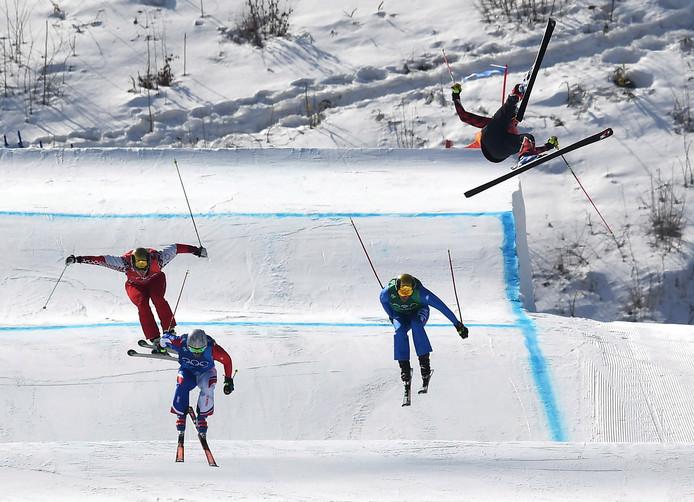 De Canadees Christopher Del Bosco of Canada vliegt door de lucht en zal daarna hard in aanraking komen met de ijzige sneeuw in Zuid-Korea.