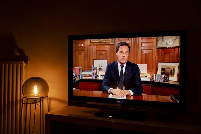 2020-03-16 20:08:15 UTRECHT - Minister-president Mark Rutte spreekt op televisie het land toe over het coronavirus. De minister-president gaat in op de moeilijke situatie waarin wij ons bevinden, op de noodzaak van de maatregelen die zijn getroffen en op de mogelijke verdere ontwikkelingen in de komende weken en maanden. ANP ROBIN VAN LONKHUIJSEN