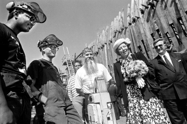 koningin Beatrix bezoekt de werf in 1988, geflankeerd door Willem Vos (met baard). Beeld Hollandse Hoogte