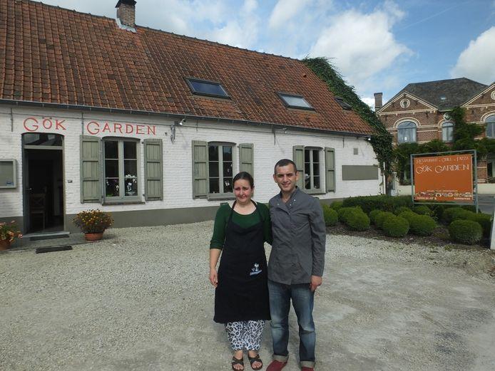 Vedat Gök en zijn vrouw Hava aan het nieuwe restaurant, schuin over het DVC Heilig Hart.