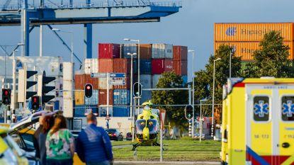Politie haalt 18 mensen uit container in Rotterdam na noodoproep van binnenin
